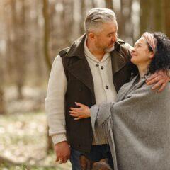Мужчина и женщина в лесу